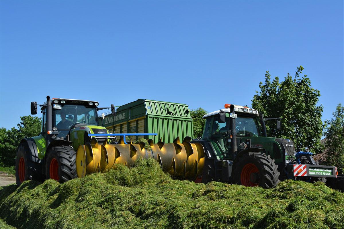 Traktoren-auf-Silage-1200x800
